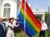 Die Regenbogenflagge wird am US Konsulat in Hasmburg gehisst (c) Hamburg Pride