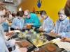 Die SchokoWerkstatt: Kinder und Jugendliche kreieren hier ihre eigene Schokolade (c) Hersteller