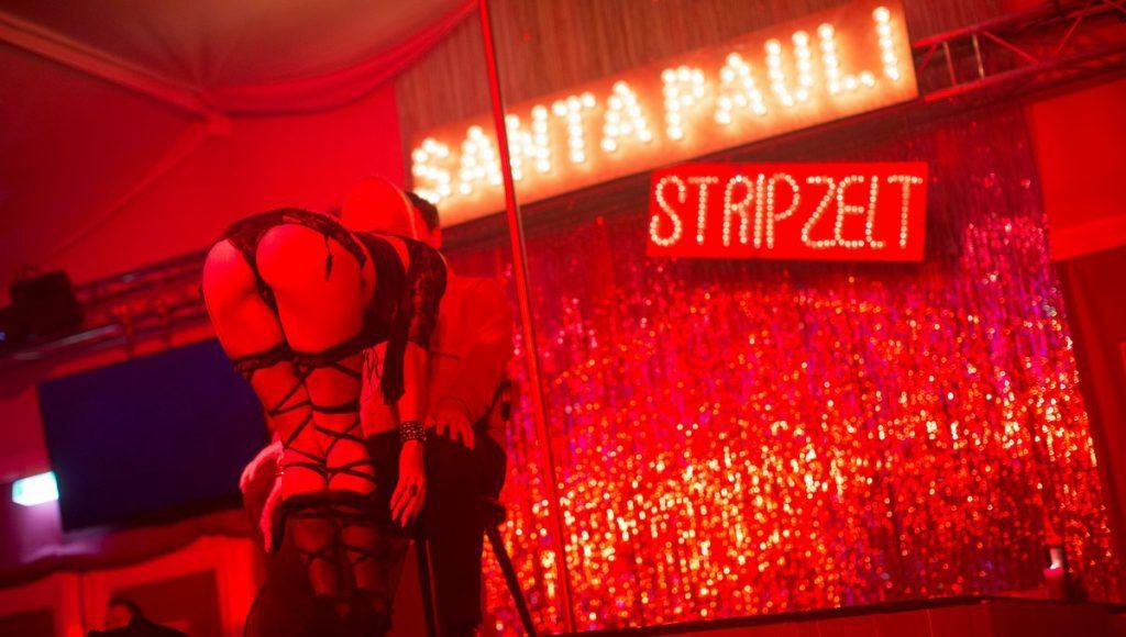 Stripperin beim Santa Pauli Weihnachtsmarkt