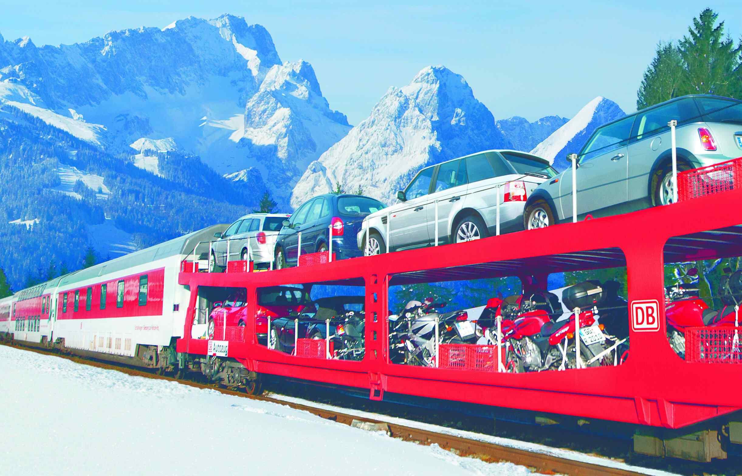 Der Autozug in den Bergen im Winter