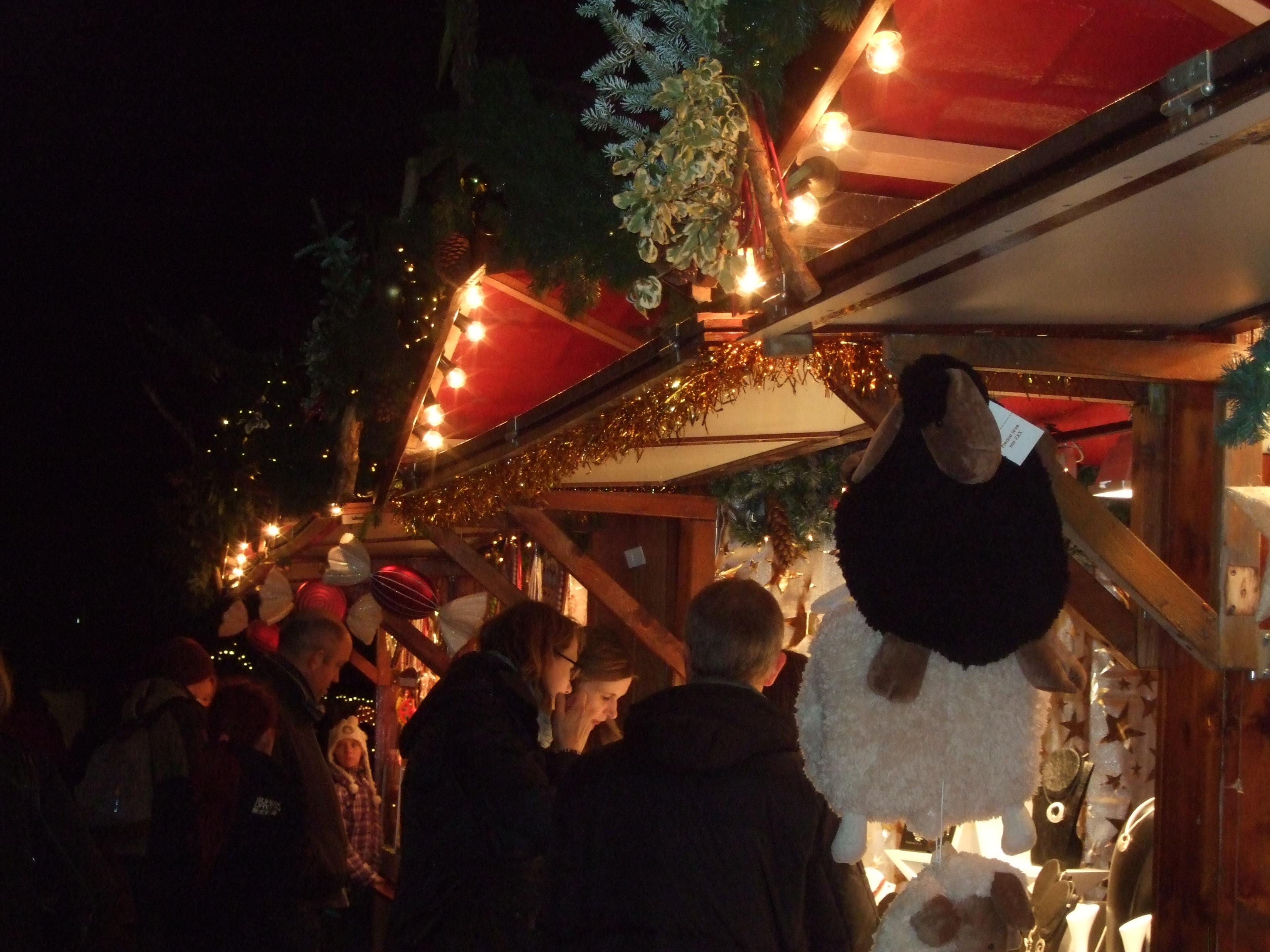 Buden auf einem Hamburger Weihnachtsmarkt