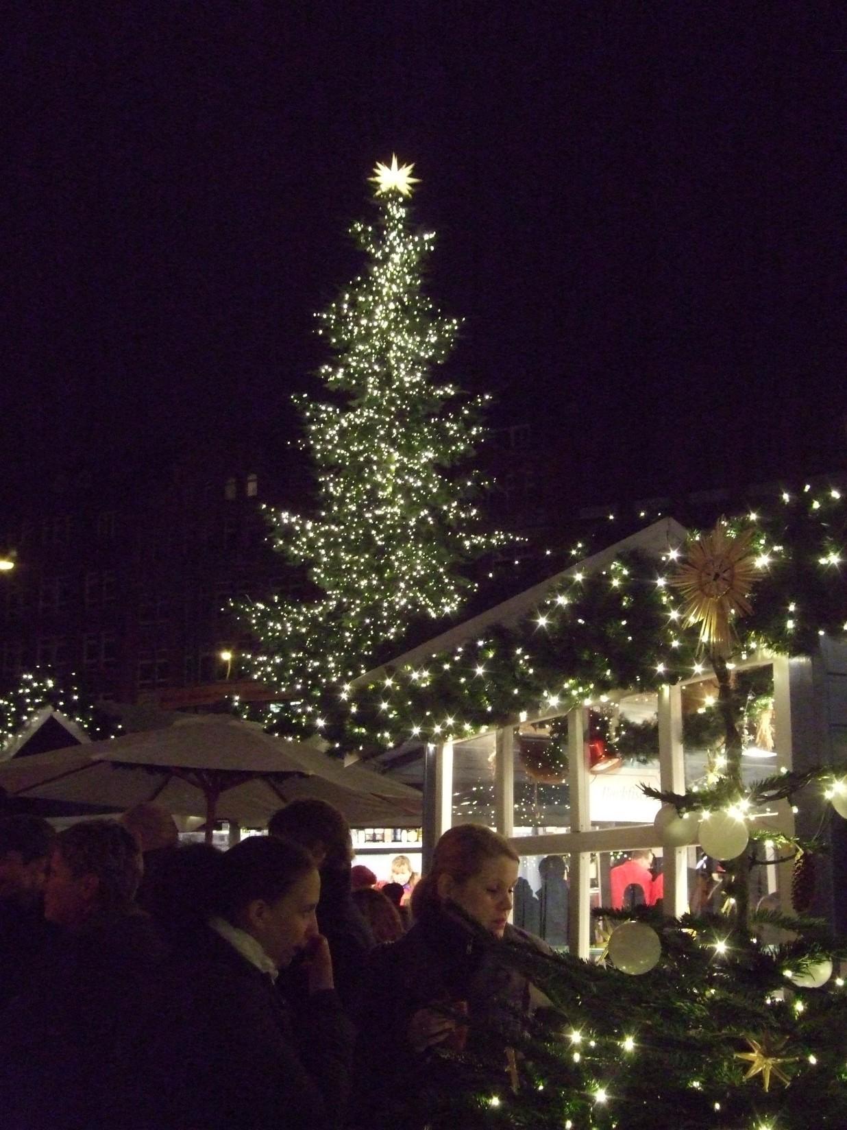 Blick auf dem Weihnachtsmarkt auf dem Hamburger Gänsemarkt