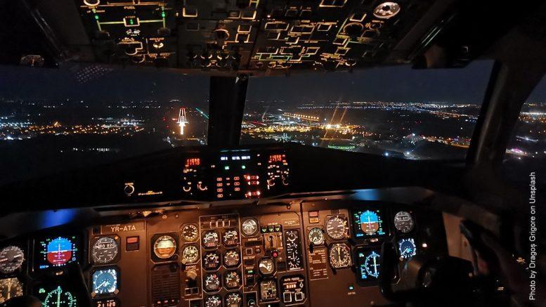 Nächtlicher Landeanflug: Blick auf dem Flugzeug Cockpit