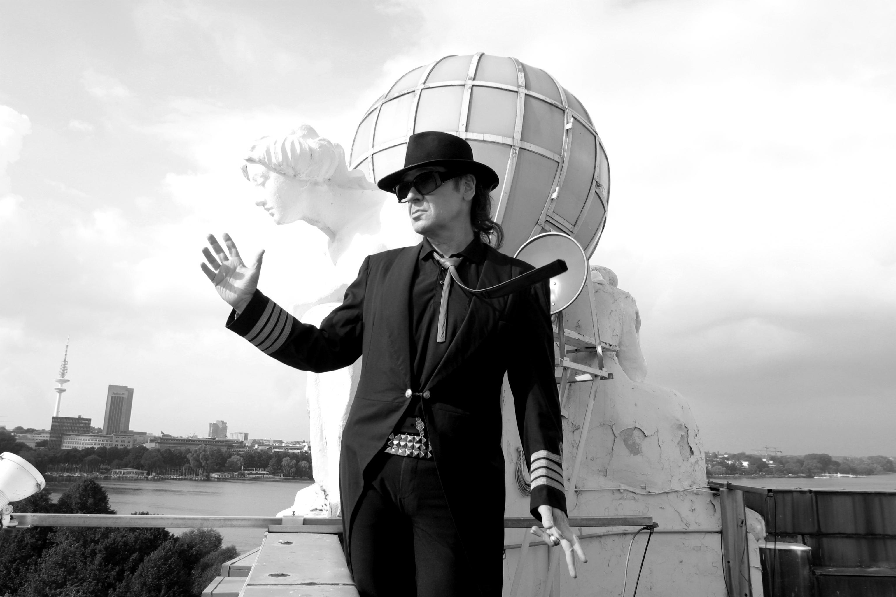Udo Lindenberg auf dem Hoteldach des Atlantic Hotels mit Weltkugel