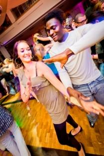 Menschen tanzen in der Tanzschule
