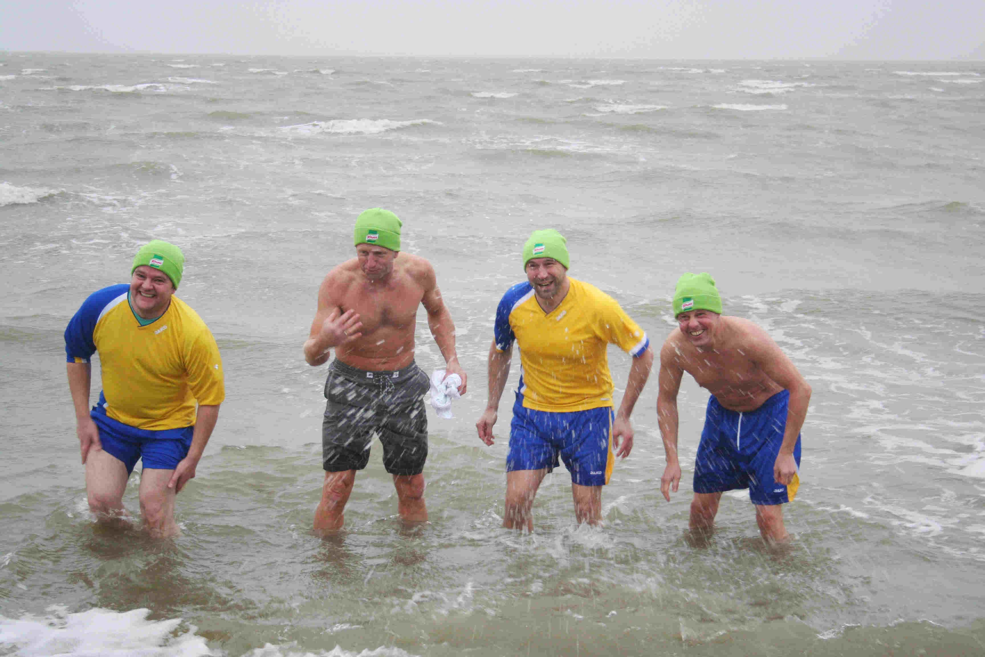 Männer baden im Winter in der Nordsee