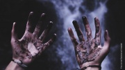 Horrorszene zwei blutige Hände