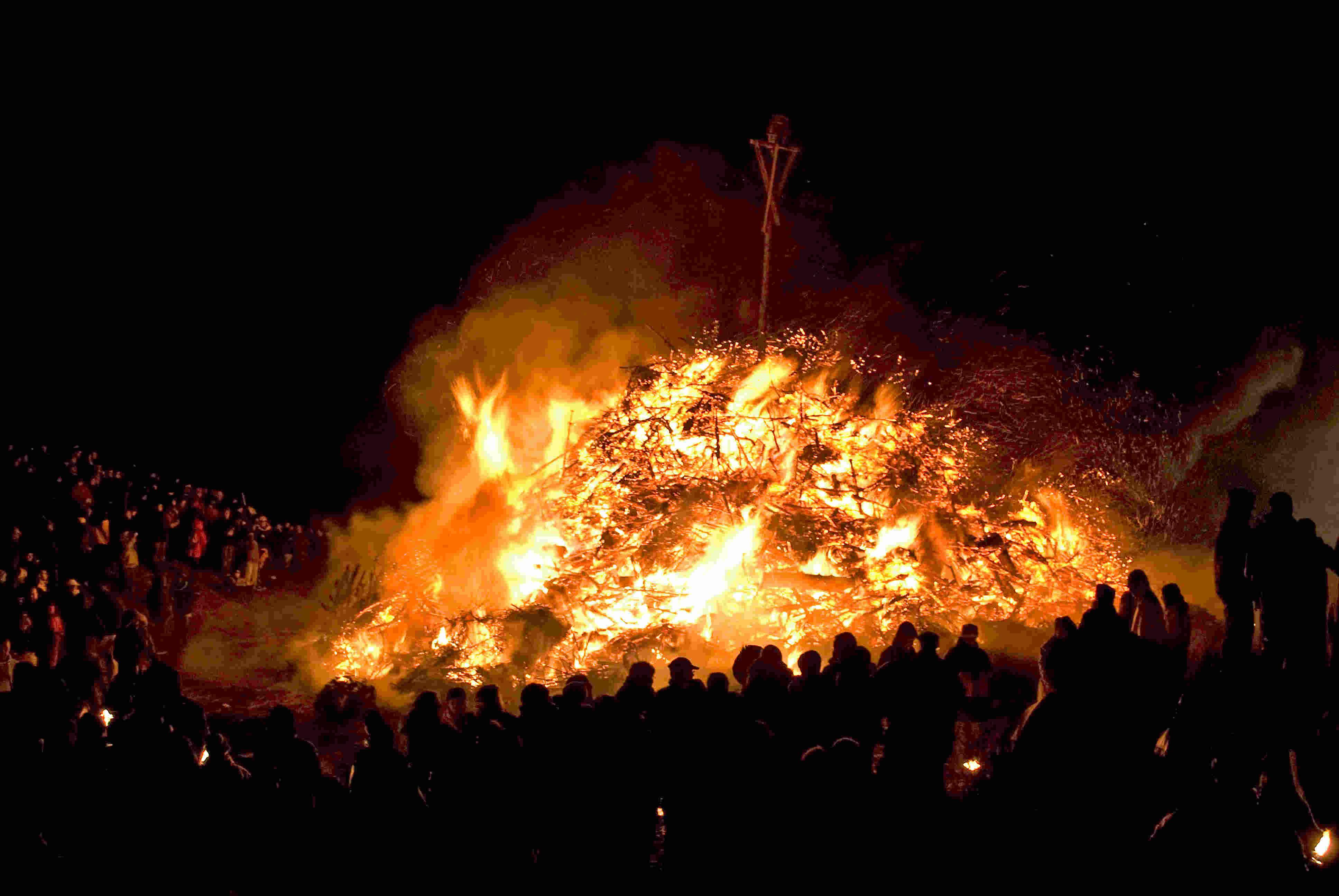 Großes Feuer beim Biikebrennen auf Sylt
