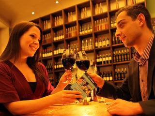 Ein Paar stößt mit Rotwein an