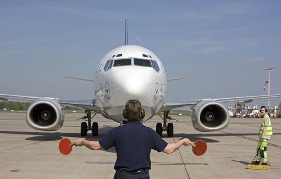 Ein Flugzeug wird eingewiesen