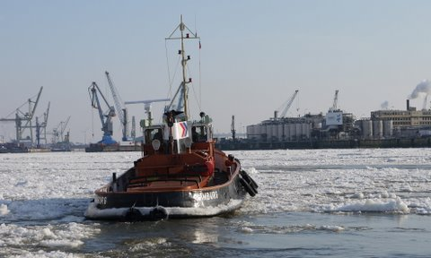 Schlepper im Eis der Elbe Februar 2012