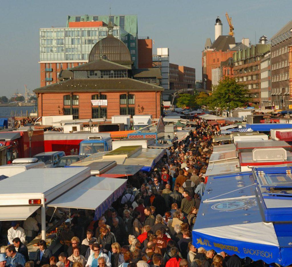 Auf dem Hamburger Fischmarkt ist fix was los und viel Gedränge