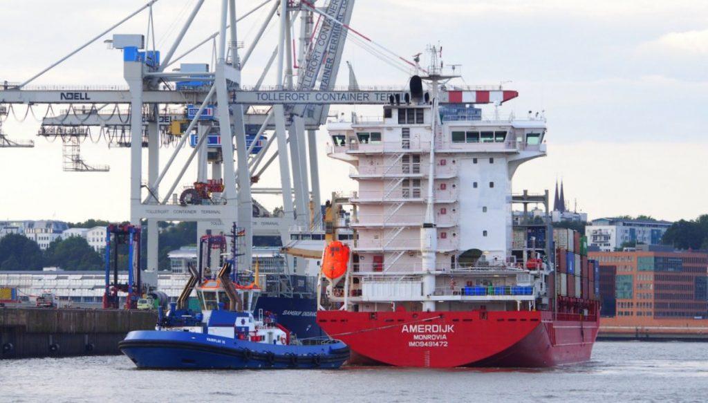 Ein Containerschiff legt in Hamburg an