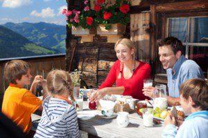 Familie beim Bergfrühstück