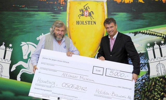 Dr. Holger Liekefett (rechts), Geschäftsführer Marketing übergibt den 5.000 Euro Spendenscheck an Prof. Dr. Torkild Hinrichsen (links) , Direktor des Altonaer Museums © Holsten-Brauerei 2012