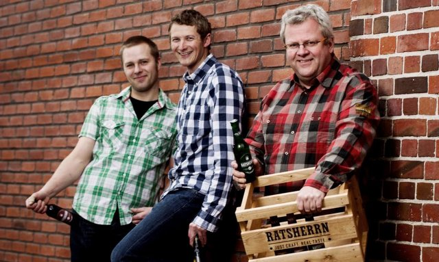 Die Ratsherrn Brauer - Hamburg, Nils Timmann (gruenes Hemd), Philipp Bollhorn (blaues Hemd), Leitender Braumeister Thomas Kunst (rotes Hemd) copyright: Brauerei - Henning Angerer, Hamburg