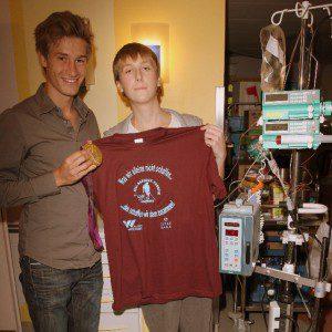 Florian Fuchs besucht die Kinderkrebsstation mit Patient Steven Andresen 15 J.