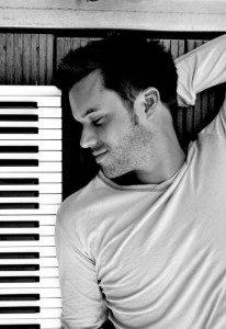 """Mister Piano"""" Dennis R. Volk sorgt für die musikalische Unterhaltung bei dodenhof Kaltenkirchen  Foto: dodenhof"""