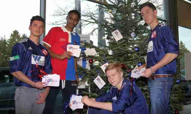 Michael Mancienne mit Jorgo Cholevas, Louis Mandel und Victor Fernadez Foto: ganz-hamburg.de