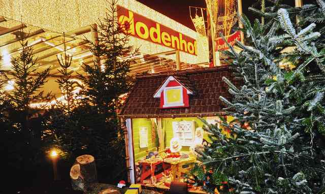 die weihnachtswelt von dodenhof wird mit einem moonlight. Black Bedroom Furniture Sets. Home Design Ideas