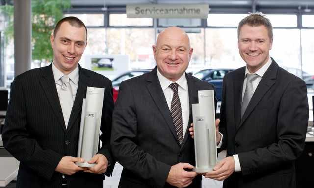 Jürgen Deforth (Mitte) und die Serviceleiter Ingo Böhm Audi Kollaustraße (rechts), Jens Hilscher Audi Elbvororte (links) freuen sich Foto: Audi HH