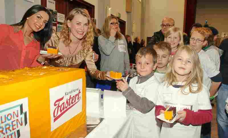 Andrea Lüdke und Silva verteilen die Kuchenspendern beim Alsterdorfer Advent Foto: Veranstatler