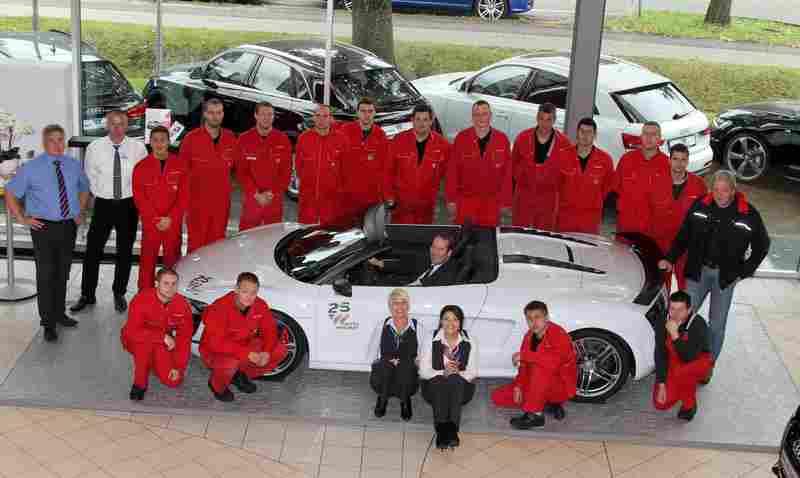 Audi Serviceteam von Auto Wichert mit Serviceleiter Oliver Ladwig im Audi R8 Spyder GT Foto: Auto Wichert