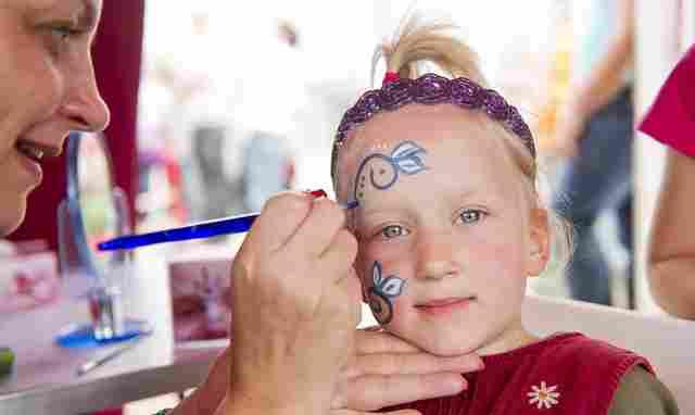 Kinderschminken zum Fasching bei dodenhof Foto: dodenhof