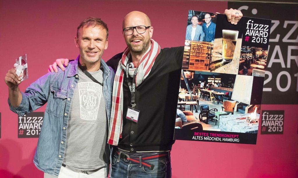 Axel Ohm und Patrick Rüther freuen sich über den FIZZZ Award Foto: Sascha Kreklau