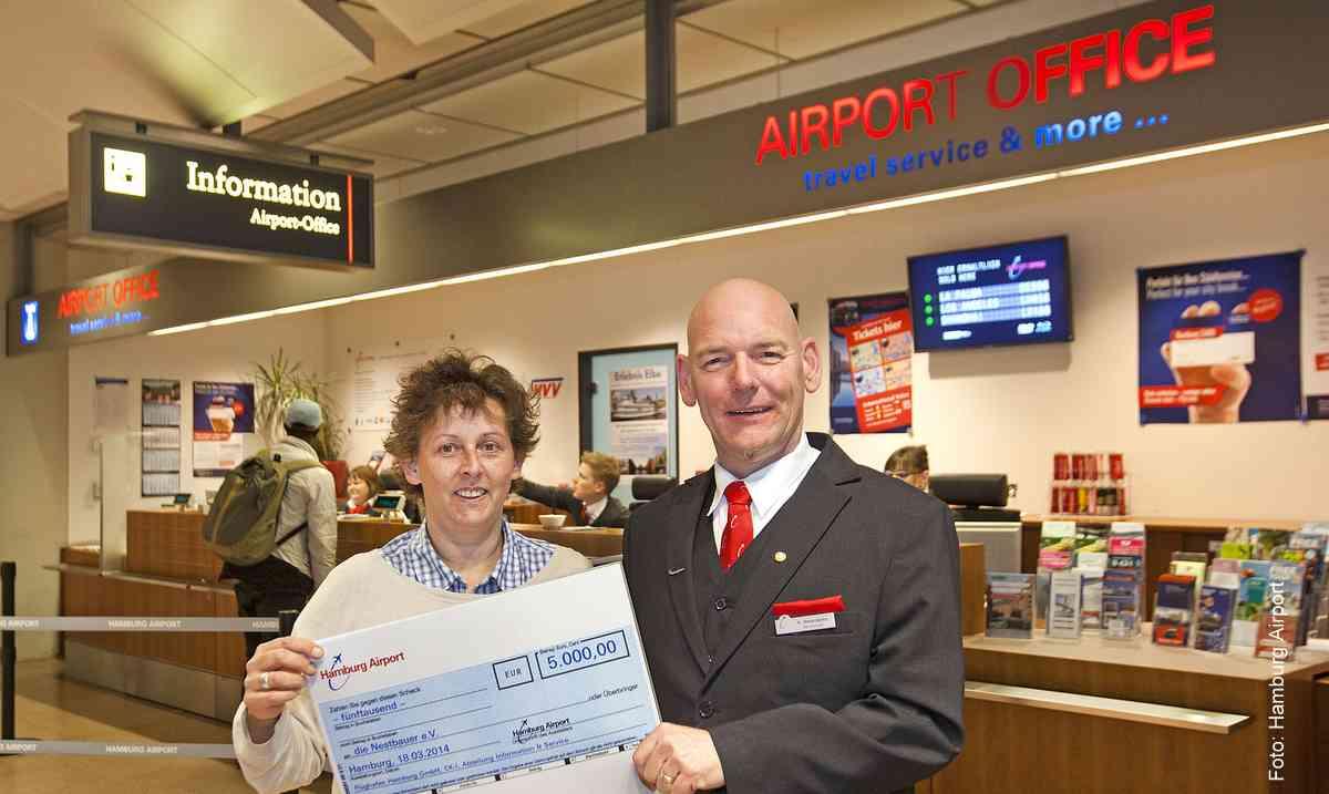 Helmut Meierdierks (Airport Hamburg) übergibt symbolischen Scheck an Petra Liebelt (Verein Nestbauer) Foto: Ariport Hamburg