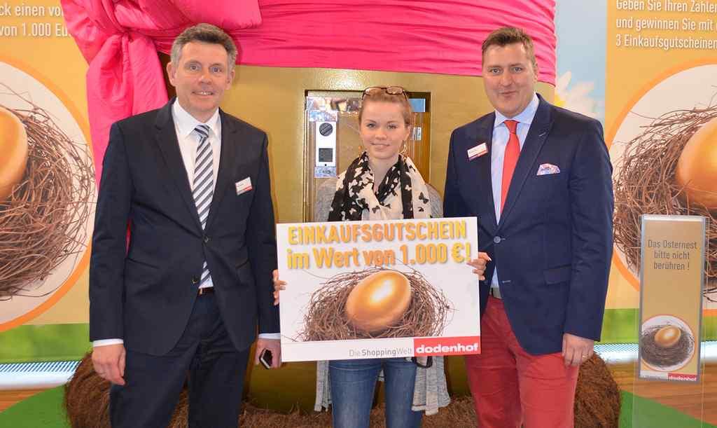Die Gewinnerin Isabell Kniffka mit den dodenhof Geschäftsführer Olaf Hansen, Michael Juhr (c) dodenhof