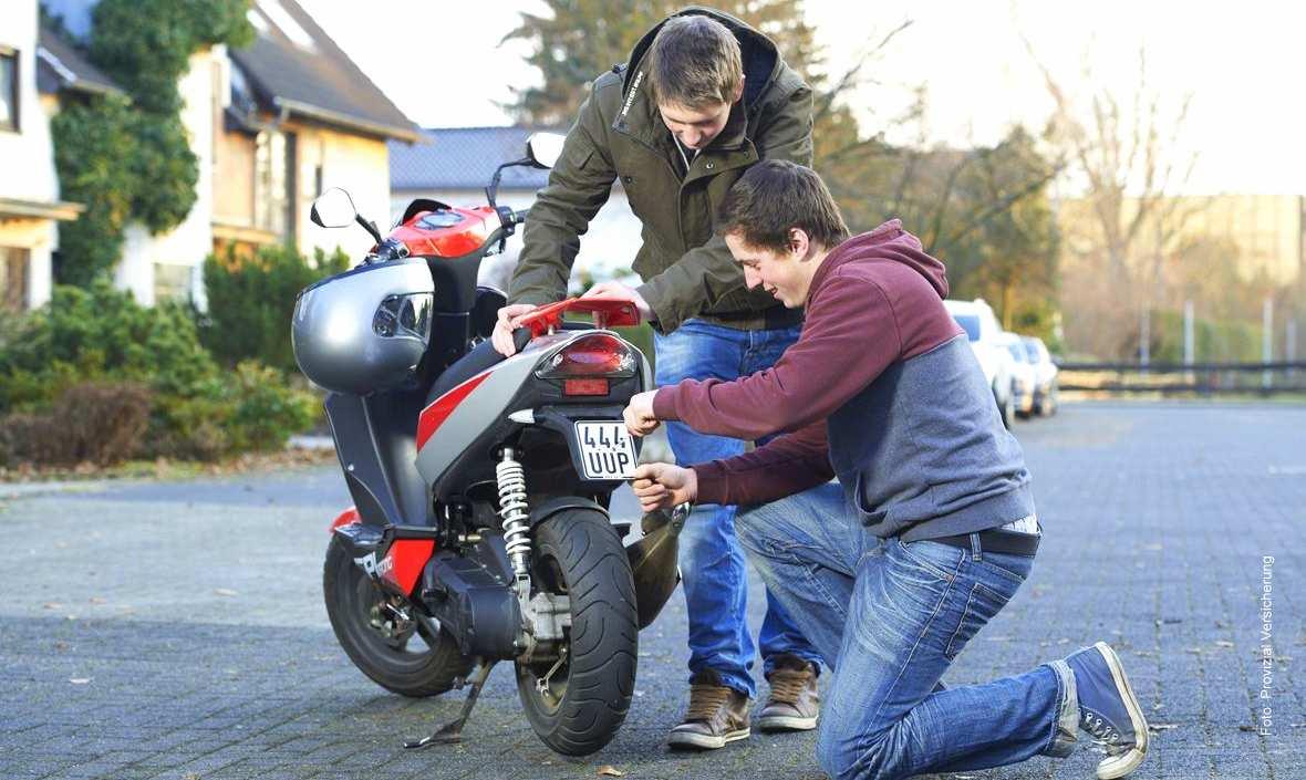 Versicherungskennzeichen für Mofa, Moped, Roller und E-Bike sind schwarz in 2014 Foto: Provinzial Versicherung