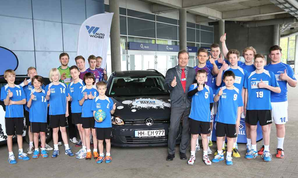 Bernd Glathe (Auto Wichert) übergibt die Golf Variants an die HSV Handball Jugend © Auto Wichert