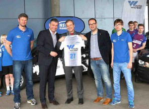 Holger Liekefett (HSV Handball GF), Bernd Glathe (Auto Wichert), Gunnar Sadewater (HSV Handball Jugend) und zwei HSV Trainer im blauen Trikot (vl) © Auto Wichert