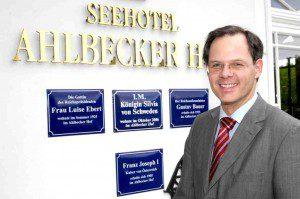 Rolf Seelige Steinhoff vorn Seehotel Ahlbecker Hof © Hotel
