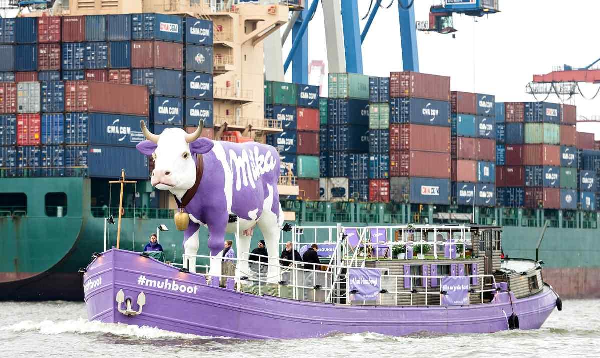Im Hamburger Hafen, das Milka #muhboot Foto: Credit: Milka / Jan Rathke