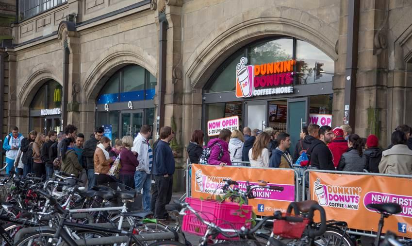 Schlange vor Dunkin' Donuts Hamburg Foto: Volker Böhm