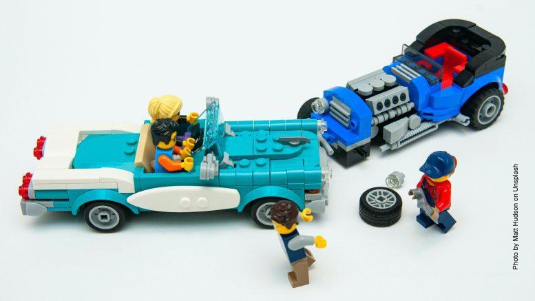Zwei Lego Autos mit Autounfall