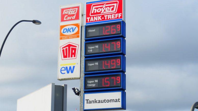 Preissäule einer Hoyer Tankstelle in Hamburg