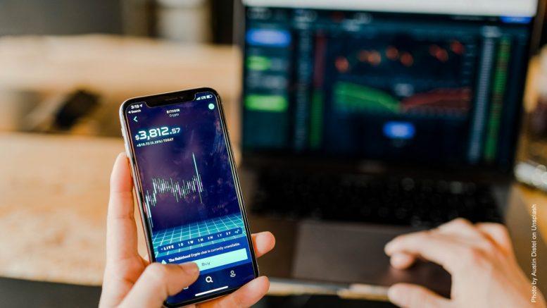 Smartphone und Computer fürs Traden nutzen