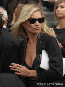Model Kate Moss geht nicht mehr ohne ihre E-Zigarette aus dem Haus © istock.com/EdStock