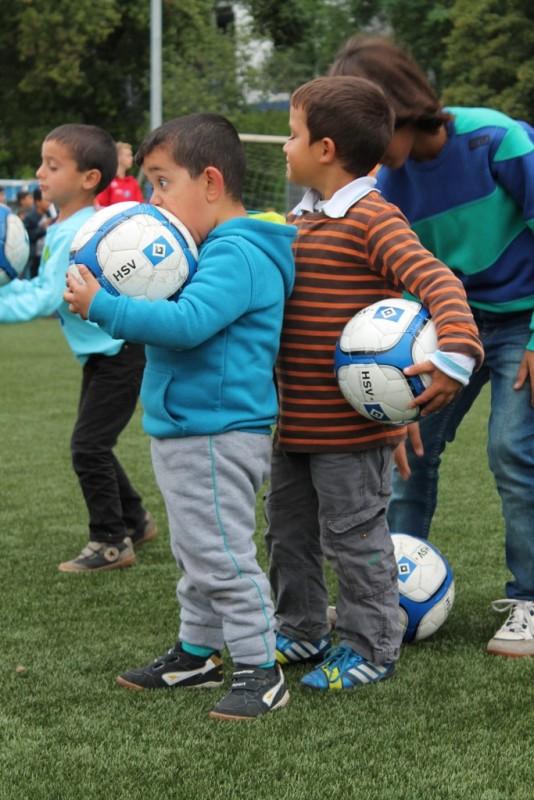 Flüchtlingskinder spielen unter der Anleitung von Co-Trainer Eddy Sözereroberten