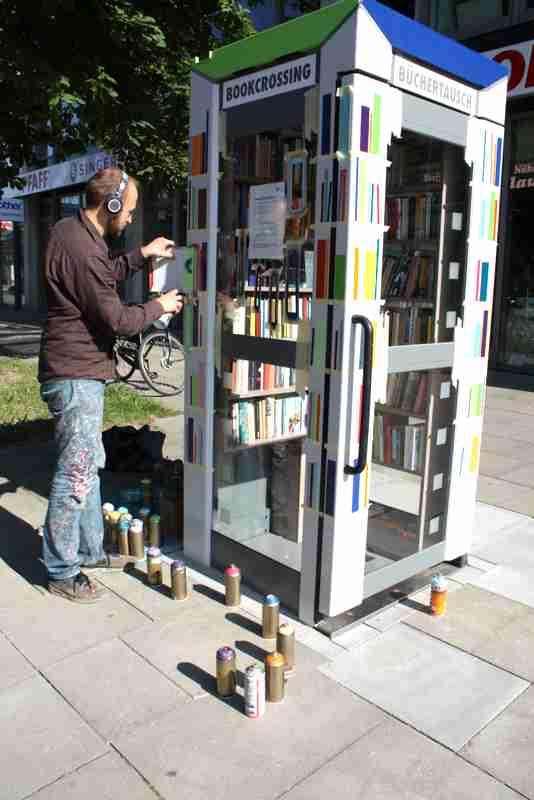 Johannes Lucht gestaltet die Tonndorfer Bücherzelle um Foto: Steffi Karsten