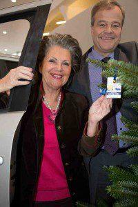 gh Hannelore Lay und Bernd Glathe mit Kinder Patenpass und Tannenbaum