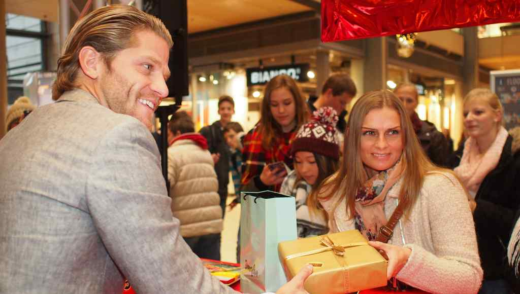 Heldt Hamburg paul janke übergibt ein geschenk an heldt aus hannover