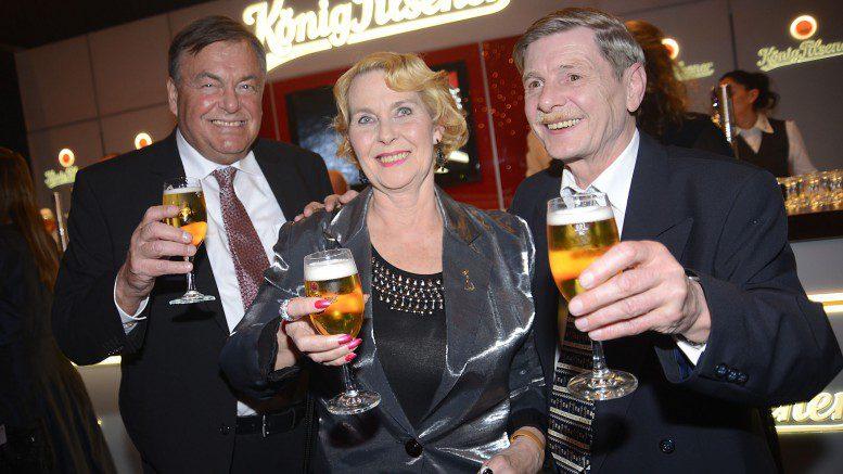 v.l.n.r. Gewinner Hans-Joachim mit Monika und Ehemann Manfred Goldene Kamera 2016 - Foto Michael B. Rehders