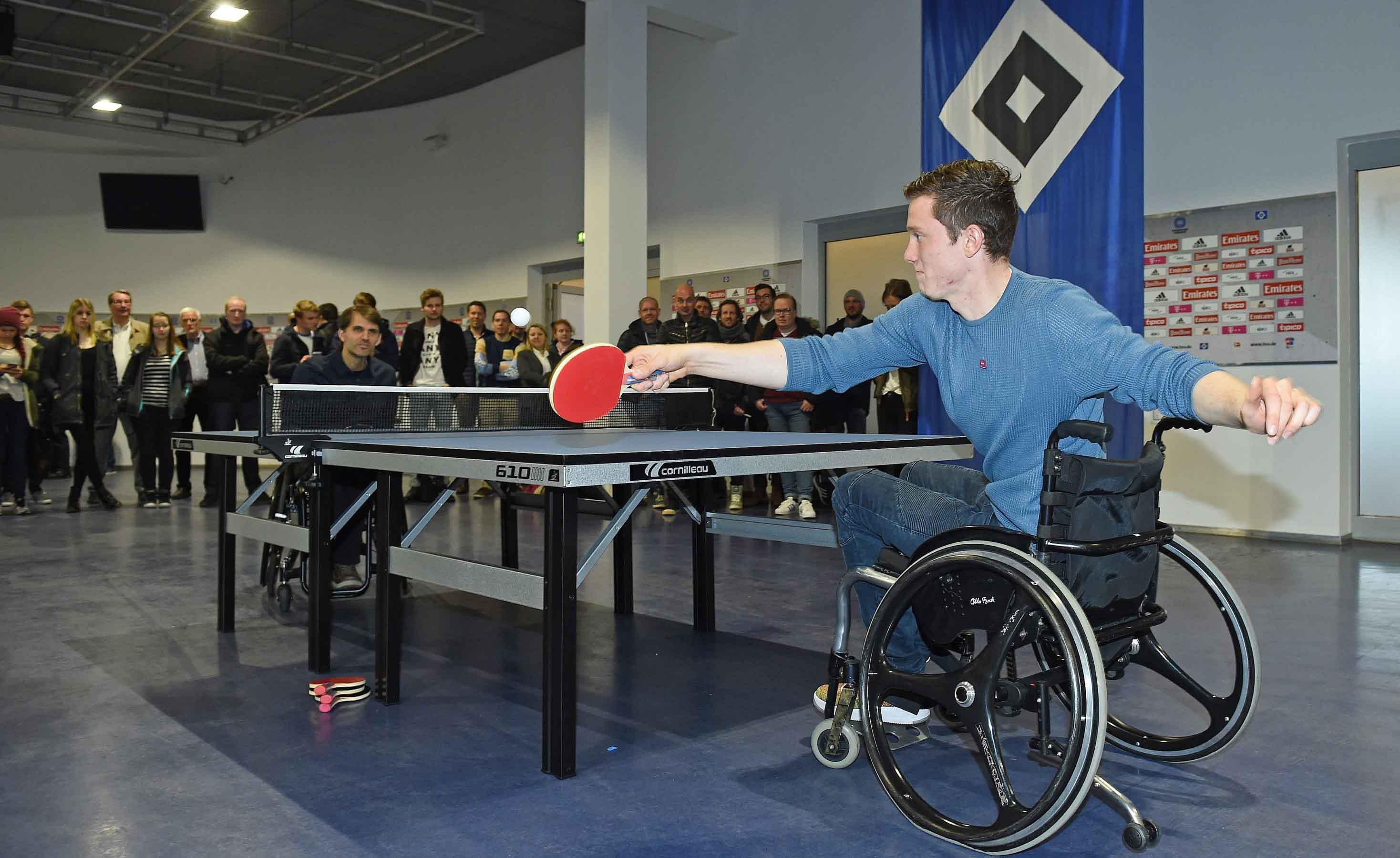 v.l. Holger Nikelis (Paralympics Rollstuhl-Tischtennis), Michael Gregoritsch (HSV)