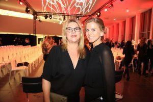 Zwei Frauen bei der Audi meets Fashion Modenschau