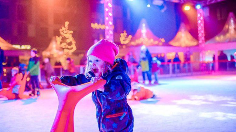 HafenCity Weihnachtsmarkt Kind auf der Eisbahn