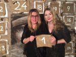 Zwei Frauen vor einem Adventskalender
